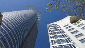 Arkitektur för sikt för Frankfurt skyskrapapanorama underifrån arkivfoto