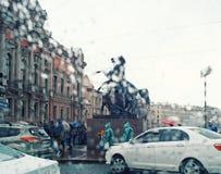 Arkitektur för skulptur för bilar för bro för Sankt-Petersburg stadsregn Fotografering för Bildbyråer