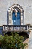 Arkitektur historiskt välvt fönster med balkongen Träd av apelsiner royaltyfri fotografi