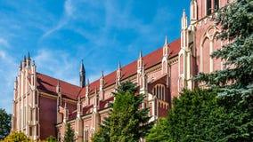 Arkitektur i den gotiska stilen Katolsk kyrka av röd tegelsten Fotografering för Bildbyråer