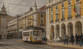 Arkitektur i Lissabon, Portugal - Praca gör Comercio, gula byggnader och spårvagnar royaltyfri fotografi