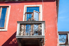 Arkitektur i Venedig, Italien, Europa Balkong med det öppna fönstret Royaltyfri Foto