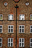 Arkitektur i York Gammalt tegelstenhus med fönster Royaltyfri Foto