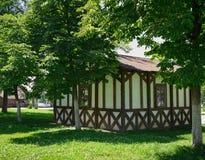 Arkitektur modernt vitt hus med trädgården, utomhus arkivbilder