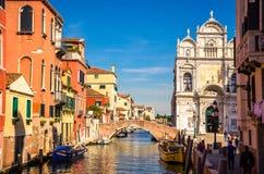Arkitektur och smala kanaler i Venedig, Italien Royaltyfri Bild