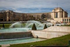 Arkitektur och springbrunn i Paris Frankrike Arkivfoton