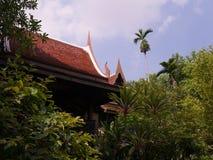 Arkitektur och träd för forntida thai hus thai Fotografering för Bildbyråer