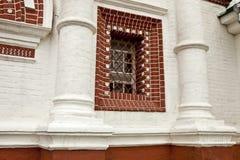 Arkitektur som är retro, tappning, murverk, vit tegelsten som är röd, smidesjärngaller, royaltyfria bilder