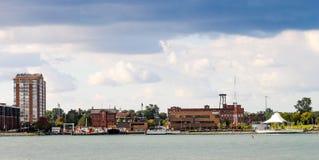 Arkitektur som fodrar den östliga riverfronten längs Detroitet River i Detroit Fotografering för Bildbyråer