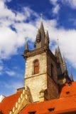 Arkitektur som omger den gamla stadfyrkanten i Prague Royaltyfri Fotografi