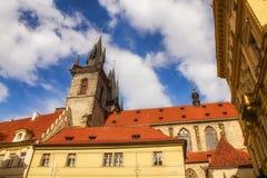 Arkitektur som omger den gamla stadfyrkanten i Prague Royaltyfri Foto