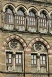 Arkitektur: Stäng sig av Lancent välva sig upp Windows med Glass förser med rutor royaltyfri bild