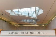 Arkitektur undertecknar in finska och svensk i ett boklager i Fi arkivfoto