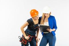 Arkitekturblick för två kvinna, i plan och att diskutera problemen av byggnad på vit bakgrund arkivbilder