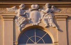 Arkitekturdetalj av basreliefen med keruber ört krona Fönster Arkivbilder