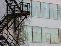 Arkitekturdetalj av gammal fabriksbyggnad Arkivfoto