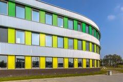 Arkitekturdetalj av skolan i ljusa färger Arkivbilder