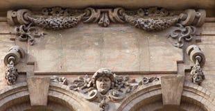 Arkitekturdetalj med det mänskliga huvudet och blommor Royaltyfri Bild