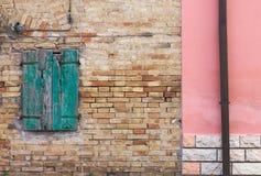 Arkitekturdetaljer och gamla fasader av Marche Arkivfoton