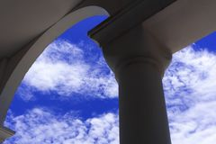 Arkitekturdetaljer och himmel. Fotografering för Bildbyråer