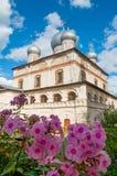 Arkitekturfasadsikt av den gamla ortodoxa gränsmärket - domkyrka av vår dam av tecknet i Veliky Novgorod, Ryssland Royaltyfri Fotografi