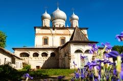 Arkitekturfasadsikt av den gamla ortodoxa gränsmärket - domkyrka av vår dam av tecknet i Veliky Novgorod, Ryssland Royaltyfri Bild