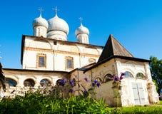 Arkitekturfasadsikt av den gamla ortodoxa gränsmärket - domkyrka av vår dam av tecknet i Veliky Novgorod, Ryssland Arkivfoton