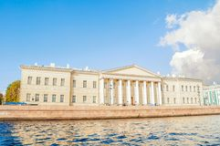 Arkitekturgränsmärke av St Petersburg - byggnaden av den St Petersburg akademin av vetenskaper på den Vasilevsky ön arkivbilder