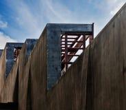 Arkitekturkonstruktion på himmelbakgrund royaltyfri fotografi