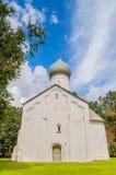 Arkitektursikt av den forntida kyrkan av tolv apostlar på avgrunden i Veliky Novgorod, Ryssland Arkivfoton