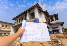 Arkitekturteckningar i hand på stor husbyggnad Arkivfoton