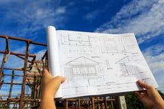 Arkitekturteckningar med blå himmel Fotografering för Bildbyråer
