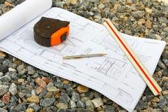 Arkitekturteckningar med blyertspennan, linjalen och kassettmeter Royaltyfri Foto