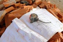 Arkitekturteckningar med blyertspennan, linjalen och kassettmeter Royaltyfri Bild