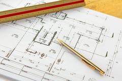 Arkitekturteckningar med blyertspennan och linjalen Arkivfoto
