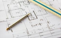 Arkitekturteckningar med blyertspennan och linjalen Royaltyfri Fotografi