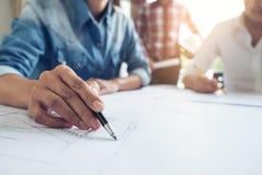 Arkitekturtekniker Teamwork Meeting, teckning och arbete för Fotografering för Bildbyråer