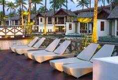 Arkitekturyttersida av semesterorten & Spa för SENTIDO Graceland Khao Lak Arkivbilder