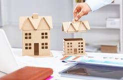 Arkitektworkspace med minnestavlan, modell för litet hus som drar för ritningar renoveringbegrepp hem Royaltyfri Fotografi