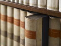 Arkiv av trä med encyclopediska böcker Arkivbilder