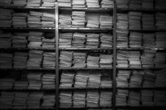 Arkiv för limbindningar Legitimationshandlingar staplas överst av de royaltyfri foto