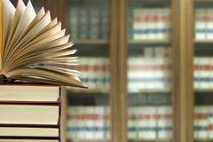 Arkiv med böcker arkivfoto