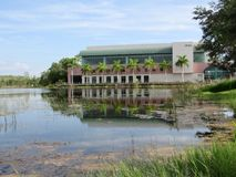 Arkivbyggnad som reflekterar över en sjö fotografering för bildbyråer