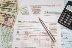 Arkiveringsfederala skatter för återbäringen - skattform 1040 Fotografering för Bildbyråer