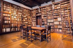 Arkivrum med bokhyllor med antikviteten bokar i printingmuseet av Plantin-Moretus, UNESCOvärldsarv royaltyfria foton