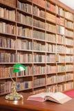 Arkivtabell med bokhyllan i bakgrunden fotografering för bildbyråer