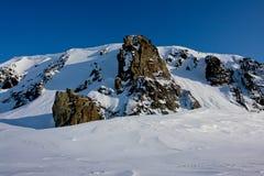 Arktic Απότομοι βράχοι που προεξέχουν από το χιόνι Στοκ φωτογραφία με δικαίωμα ελεύθερης χρήσης