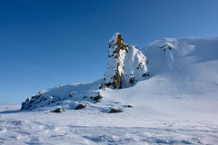 Arktic Chukotka Απότομοι βράχοι που προεξέχουν από το χιόνι Στοκ Εικόνες