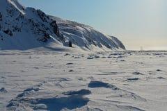Arktic Chukotka Απότομοι βράχοι που προεξέχουν από το χιόνι Στοκ Εικόνα