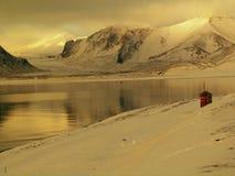 Arktischer Fjord ohne Eis Stockfoto